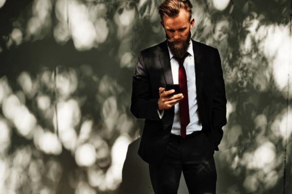 muz v obleku s telefonom